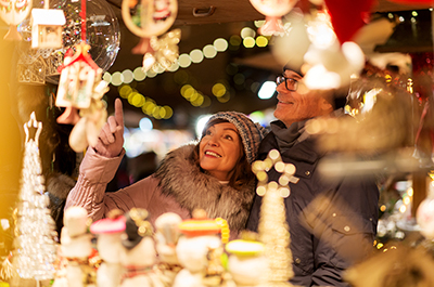 People window shopping during Christmas | Solidarity Financial Tips